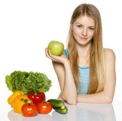 Gemüse-Auswahl präsentiert von einer jungen Frau