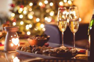 Sylvester und Weihnachtsgebaeck mit Sektglaesern
