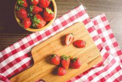 Erdbeeren halbiert und geschnitten